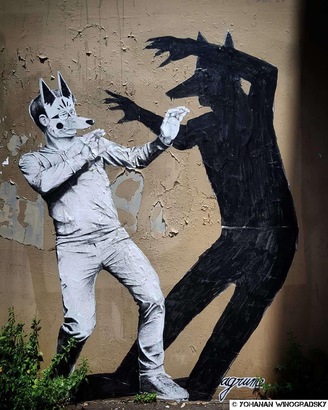 l'ombre du loup suit l'homme par agrume street art paris rue des cascades
