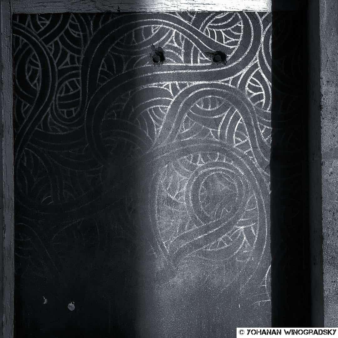 lignes de craie de jordane saget à l'église saint roch streetart a paris