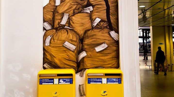 Le courrier des usagers de la Gare Saint-Lazare – Street art de Levalet, Paris