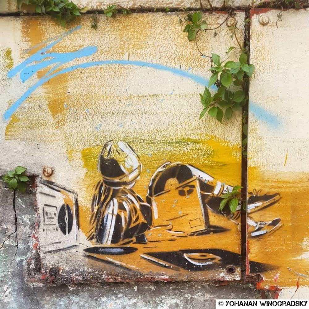street art par alice pasquini à vitry sur seine le gars qui écoute de la musique