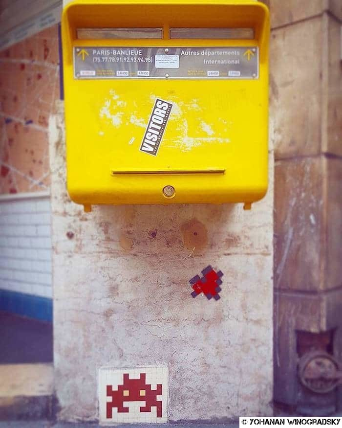 street art paris par invaders vers sentier courrier