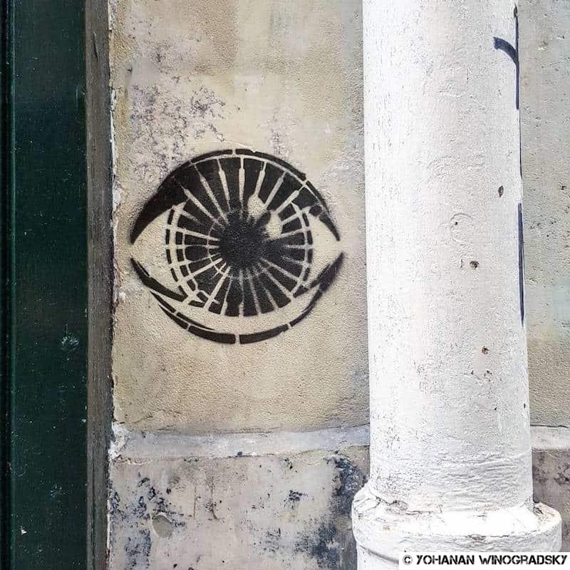 street art paris pochoir d'oeil et citation 1984 de george orwell