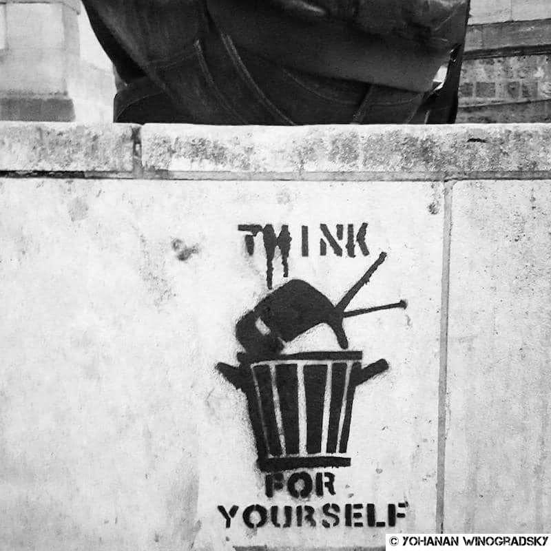 street art pochoir de television think for yourself quai de la tournelle