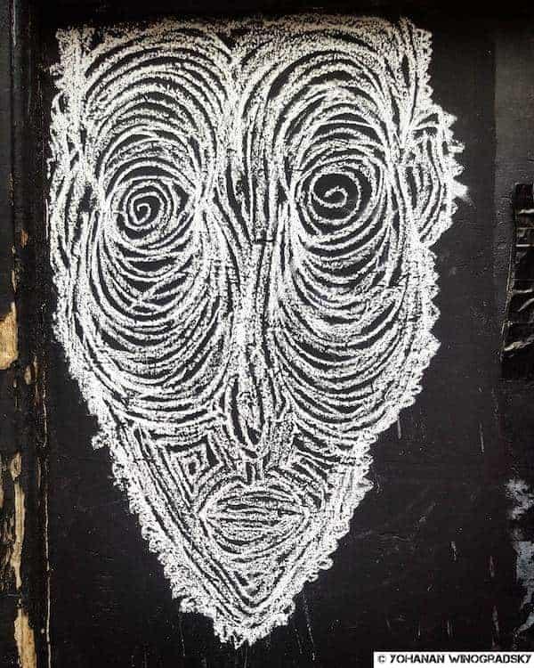 street art à paris fait à la craie à saint michel notre dame vieil homme