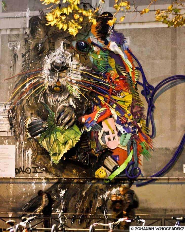 streetart par bordalo ii rue du chevaleret à paris castor en matériaux de récup