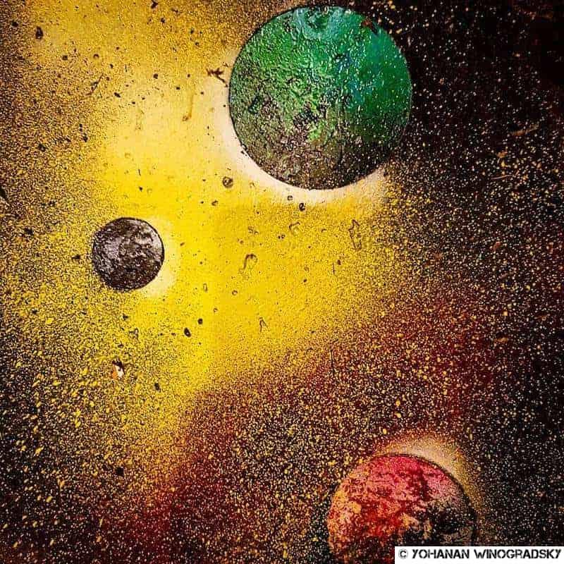 streetart par kwan à paris dans les escaliers du lavo//matik avec citations sur l'univers