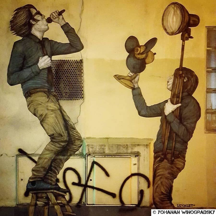 streetart paris par levalet chanteur de rue passage de la bonne graine