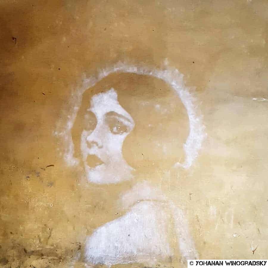street art à paris visage de craie par en2o place des vosges