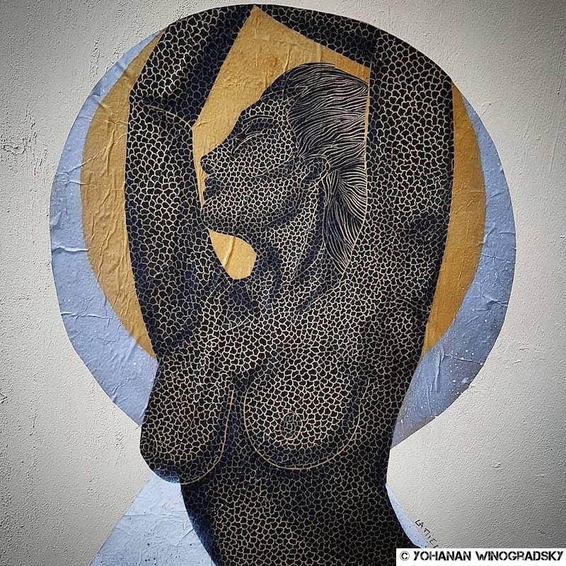 collage par La Miela rue Chapon, femme nue à la peau de cuir, dansant