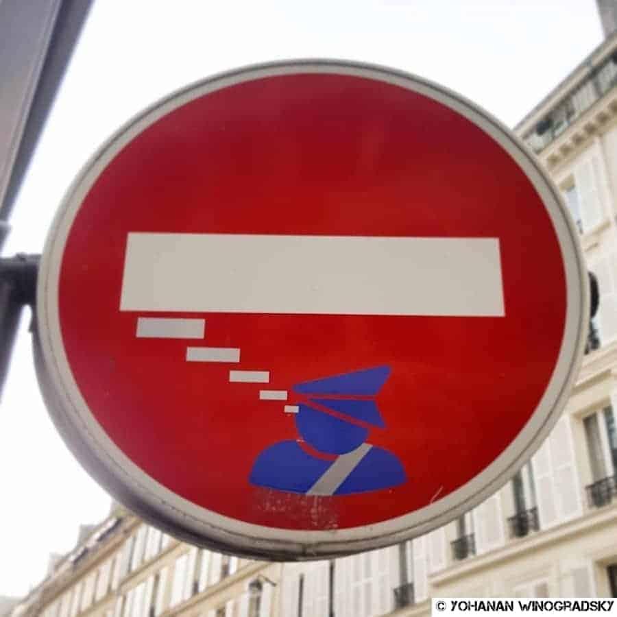 street art par clet abraham panneau sens interdit