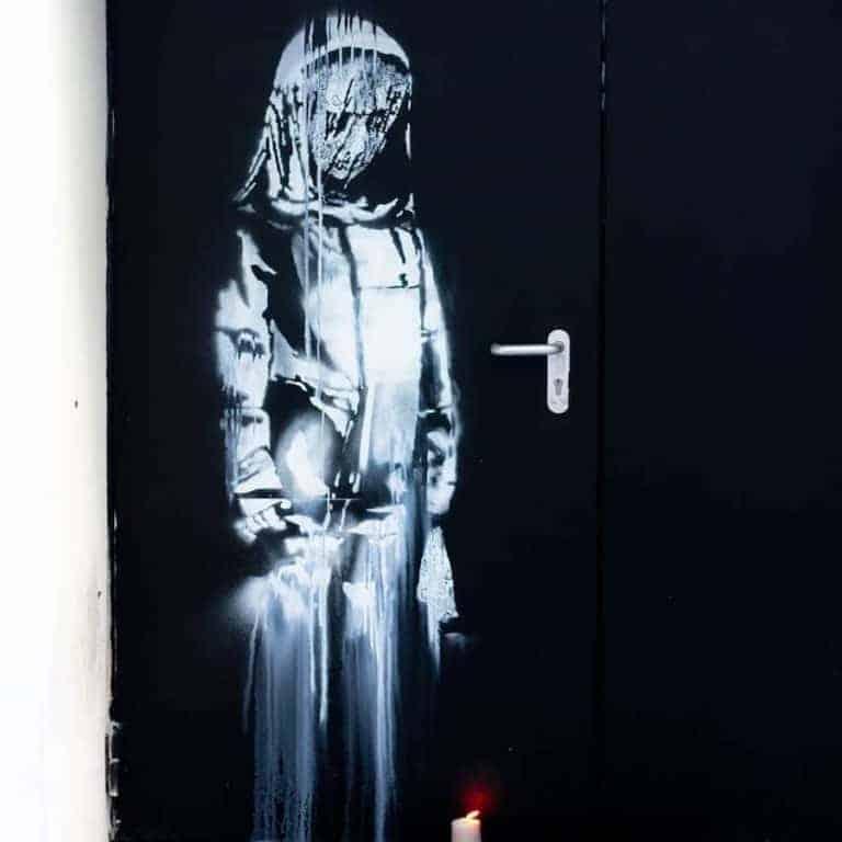 streetart par banksy sur la porte de sortie de secours du bataclan, hommage aux victimes des attentats du 13 novembre 2015