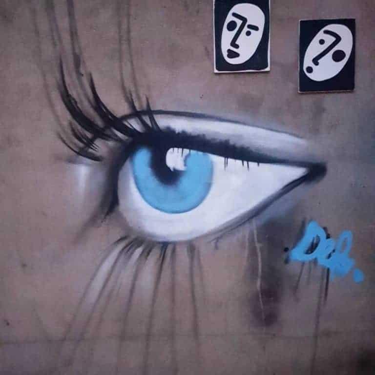 streetart paris oeil bleu au metro nationale