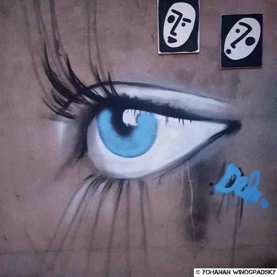 streetart paris oeil bleu au metro nationale