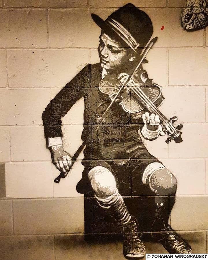 street art par jef aerosol à bruxelles enfant au violon