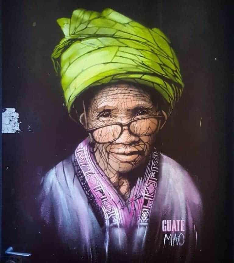 street art par guate mao à paris vieille femme